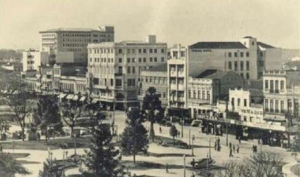 Praça Tiradentes - Vista lojas Frischmans, Drogarias Colombo e Minerva