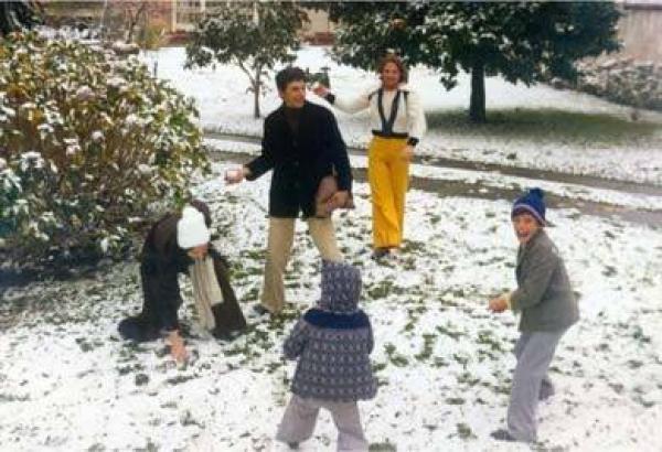 Crianças Brincam de fazer bolinha de neve - Curitiba