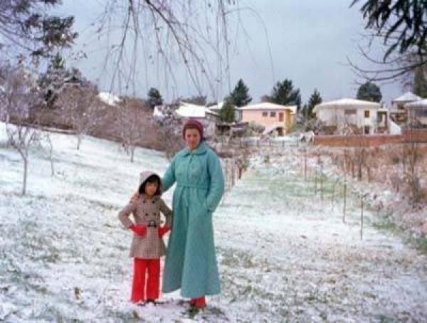 Mãe e filha tirando foto no parque na neve de 1975 em Curitiba