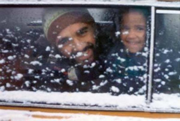 Pai e filha contentes com a neve de 1975 em Curitiba