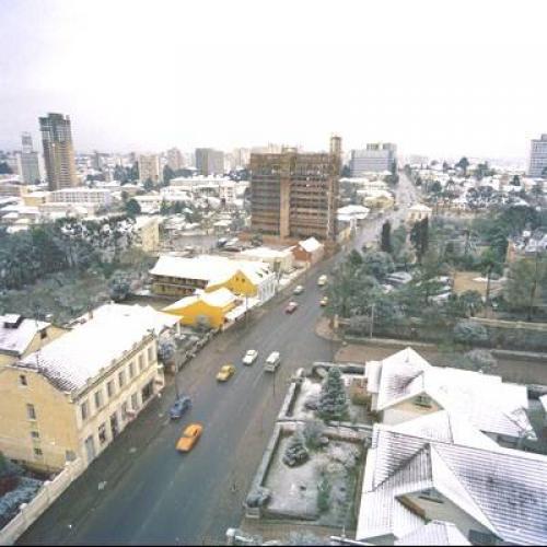 Neve de 1975 cobre os telhados do Centro de Curitiba