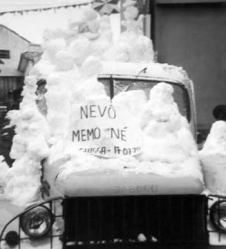 Essa foto diz: Nevou memo, né! - 17/07/1975 registrando o momento histórico da neve de Curitiba