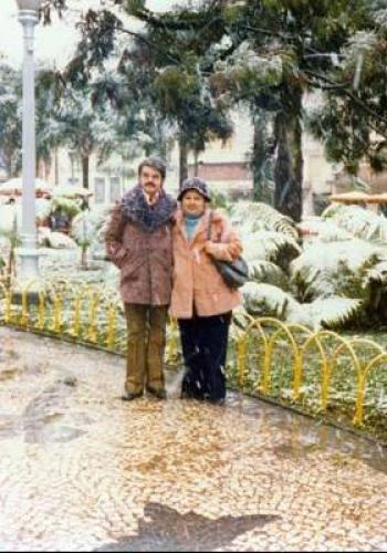 Casal pousa para foto para registar a neve de 1975 em Curitiba