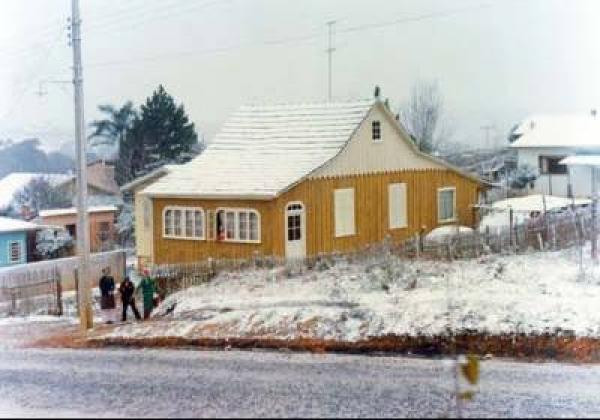 Neve cobre os terrenos de Curitiba em 1975