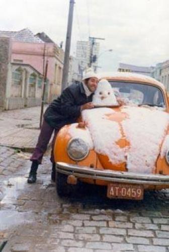 Fusca Taxi é coberto pela neve de Curitiba em 1975
