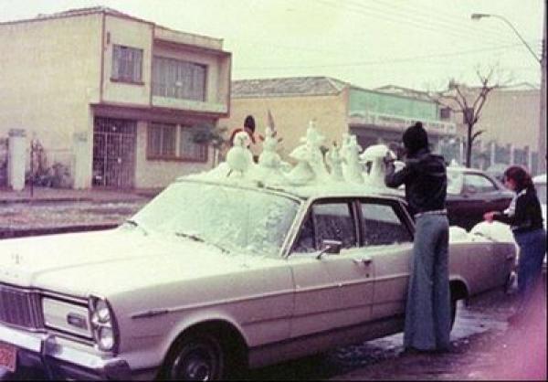 Moradores fazem bonecos de neve em cima do carro em Curitiba 1975