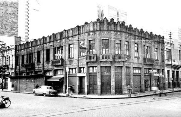 Prédio Comercial na praça Zacarias nos anos 40 onde hoje é o restaurante Risi Bisi