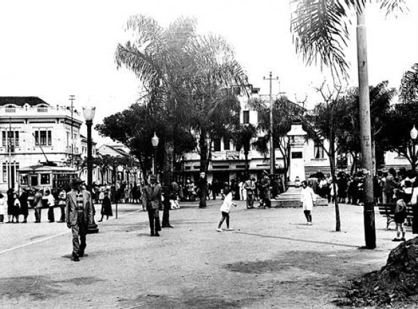Praça Zacarias de Curitiba por volta dos anos 30