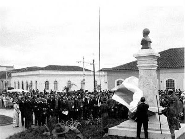 Inaugurando e batizando a praça com o novo nome de Praça Zacarias em 1915