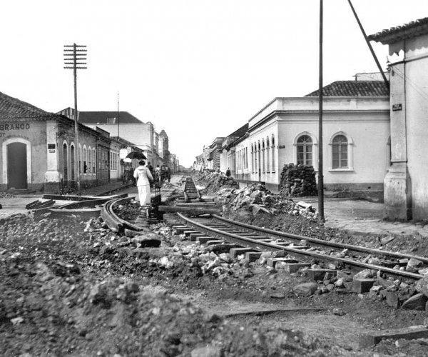 Colocação dos trilhos dos bondes em agosto de 1912; ao fundo a Rua Marechal Deodoro