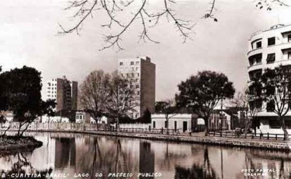 Lago do passeio Publico,na década de 50 o prédio da esquina ainda está lá