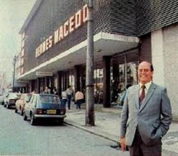 O Sr Hermes Macedo em frente a sua loja HM em 1978