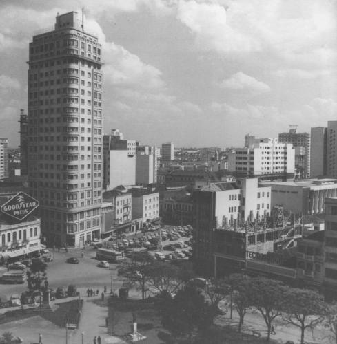 Praça Tiradentes 1955 Hotel Eduardo VII ao lado o estacionamento onde hoje é o Banco do Brasil e Tecidos Urca