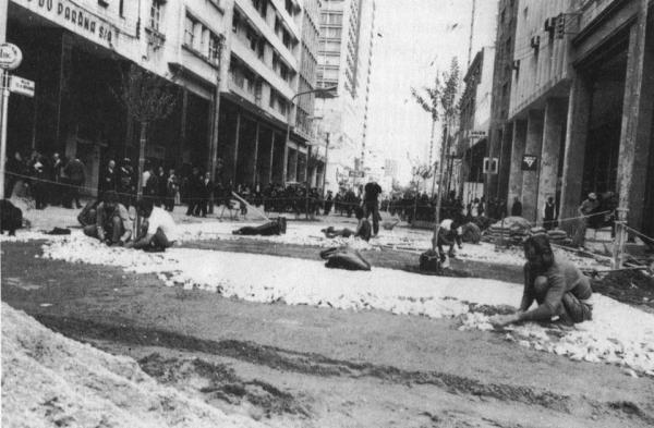 Calçamento da Rua XV de Novembro esquina com Monsenhor Celso em 1972 prefeito Jaime Lerner