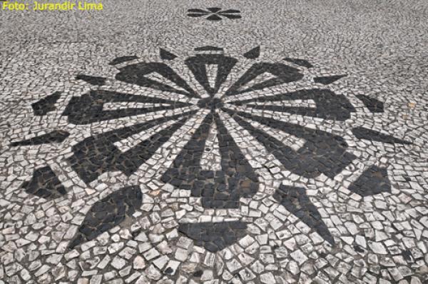 Calçadas de Petit Pavê com o símbolo dos pinhões do Paraná