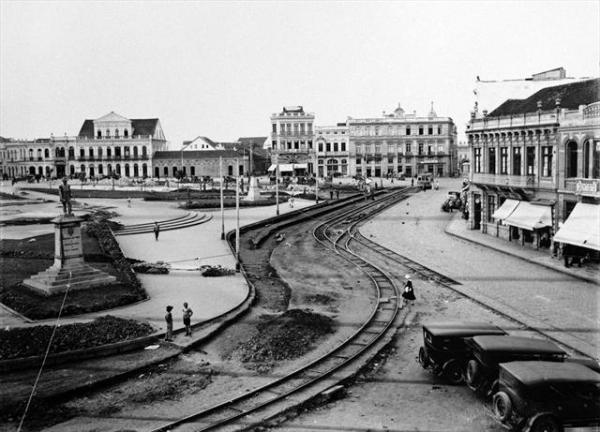Obras de urbanização da Praça Tiradentes em 1934 para preparação da base para a construção da estação de bondes