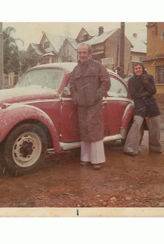 Esquina da João Gualberto com Travessa Luthero em 1975, detalhe das calças boca de sino, sem falar que estava nevando neste dia
