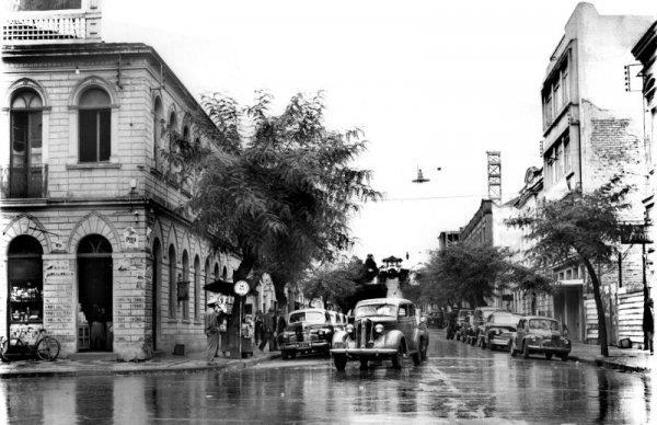 Ébano Pereira vista da Rua XV de Novembro em 1950 com o asfalto molhado pela chuva