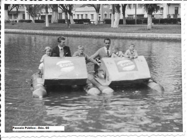 Pedalinhos no Passeio Público na  década de 1960 com propaganda do  Refrigerante Crush