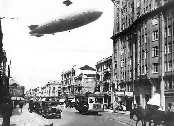 Dirigível Hindenburg sobrevoando Curitiba em 2 de dezembro de 1936