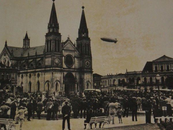 O Dirigível Hindenburg sobrevoando Curitiba