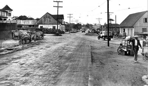 Asfaltamento em 1952 em frente a Igreja do Portão Antigamente