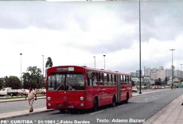 Ônibus articulado passando pela rodoviária em 1981.