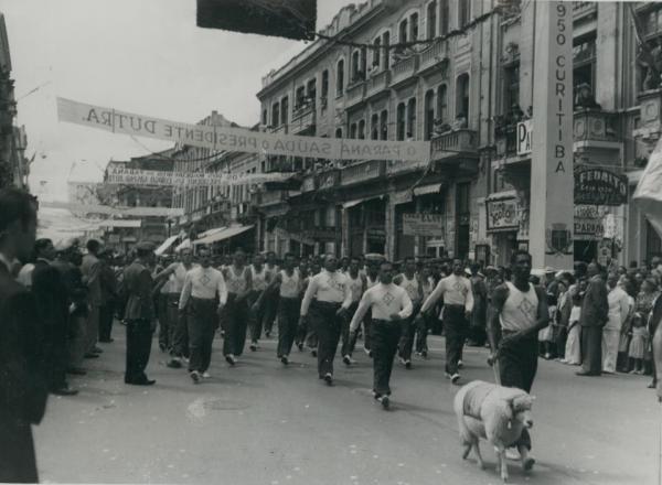 Desfile na Rua XV de Novembro no  final da decada de 40 em Homenagem  ao Presidente Dutra