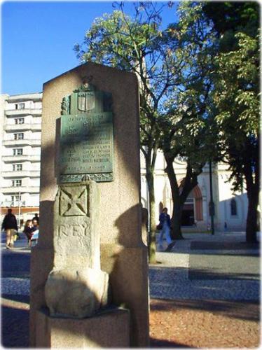 Monólito com a Cruz de Cristo na Praça Tiradentes de Curitiba