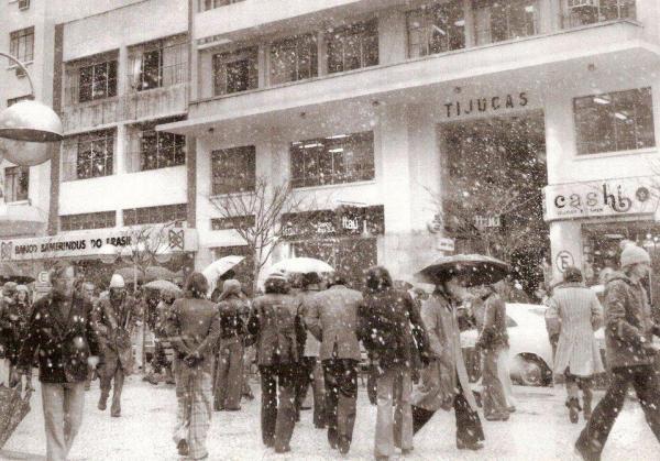 Neve de Curitiba no ano de 75 Centro em Frente a Galeria Tijucas