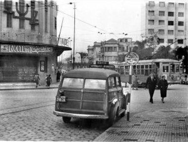 Ponto de lotação para o Portão ao fundo a Praça Zacarias em 1951