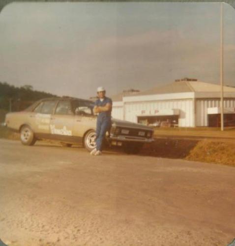 Foto em frente ao Parque de exposições do Parque Barigui em 1977