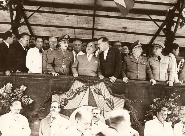 O Governador aguardando a chegada do Presidente Vargas
