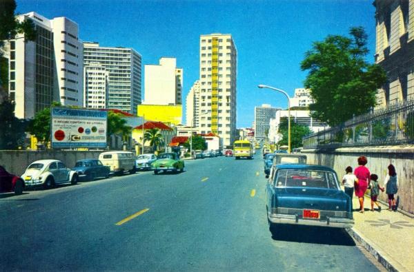 Rua Cruz Machado na Década de 60 com o fluxo dos veículos invertido